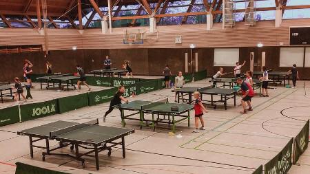 Tischtennis Jugendcamp in Gundelsheim Ueberblick ueber die Halle